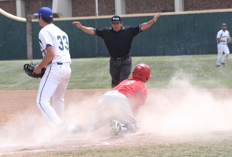 Lobos pic28-next Lobo is safe at 1st